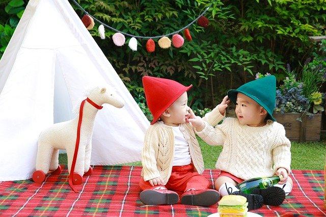 deux enfants qui se touchent le nez