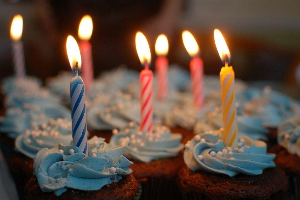 gateau d'anniversaire avec bougies