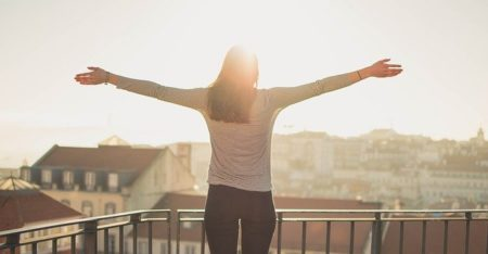 femme heureuse levant les bras