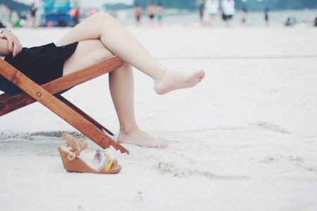 femme assise avec les jambes blanches
