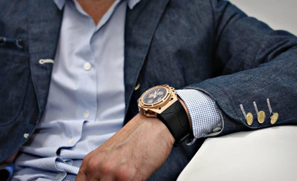 homme avec une montre de luxe