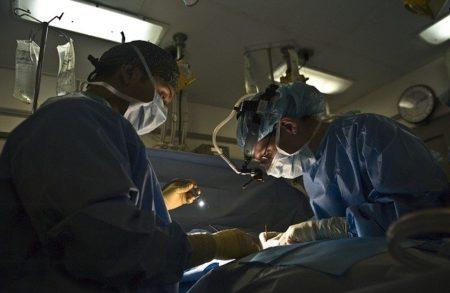 deux chirurgiens qui travaillent