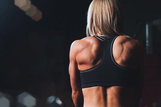 femme musclée dans une salle de sport