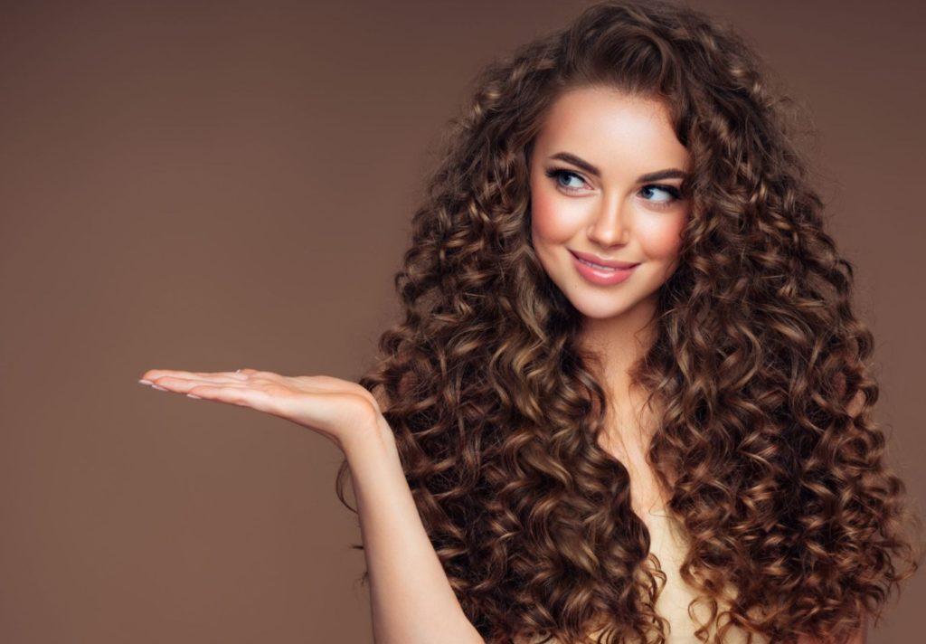 femme brune avec les cheveux bouclés