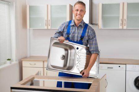 professionnel changeant un evier de cuisine
