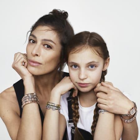 femme et sa fille avec des bijoux