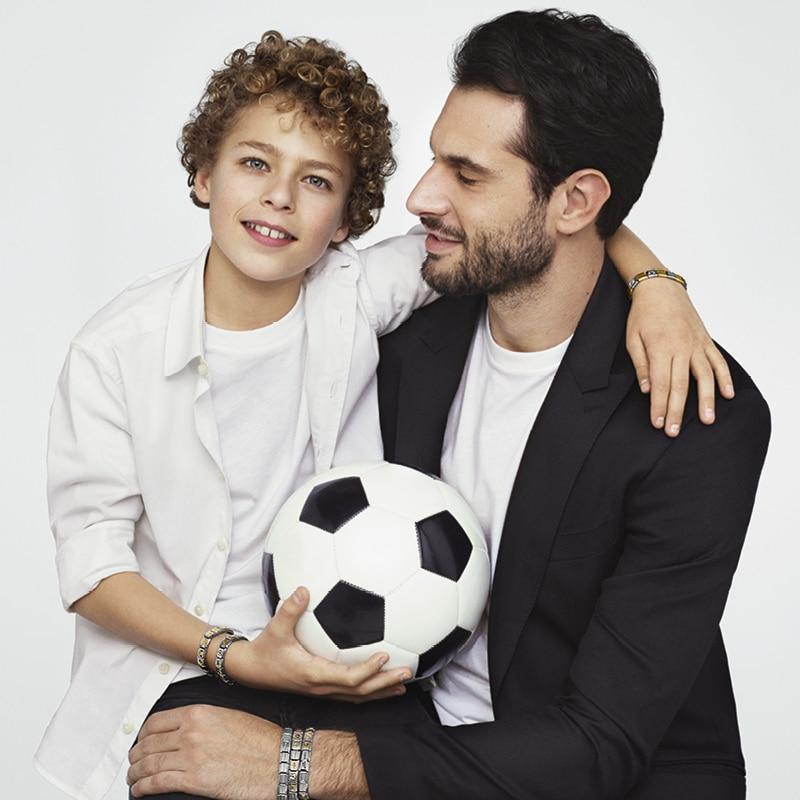 garcon avec son papa qui porte un bracelet